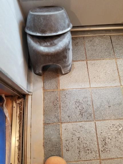 浴室床、水垢
