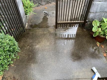玄関コンクリートコケ洗浄